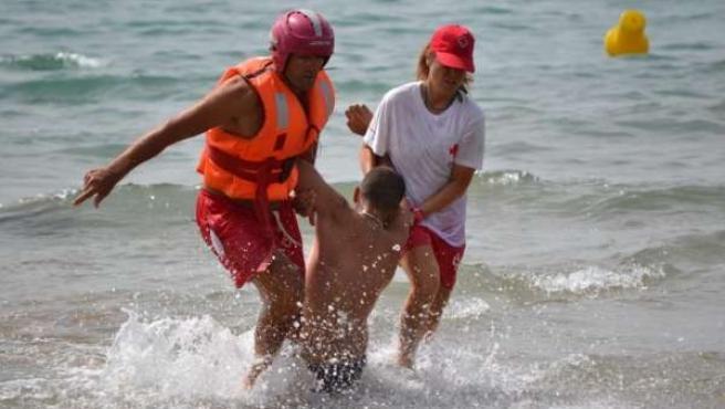 Efectivos de Cruz Roja realizan el rescate