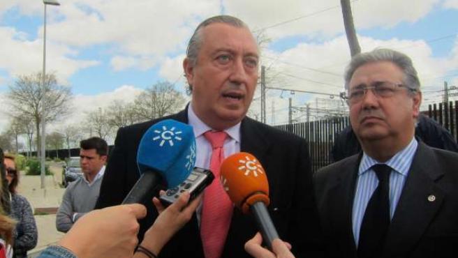 El presidente de Renfe, Julio Gómez-Pomar, con el alcalde de Sevilla, Zoido (PP)