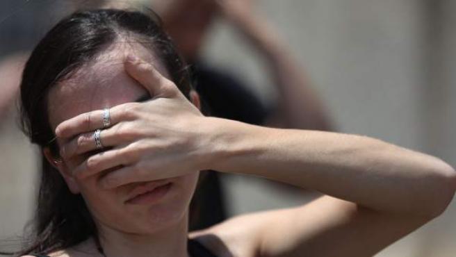 Imagen de archivo de una joven que participa en una performance contra el maltrato.