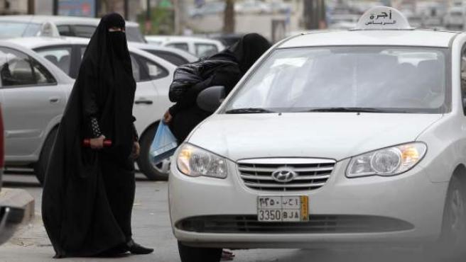 Dos mujeres saudíes, a punto de coger un taxi en Riad.