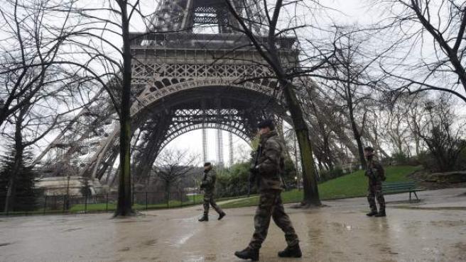 Soldados franceses patrullan por los alrededores de la Torre Eiffel en París (Francia).