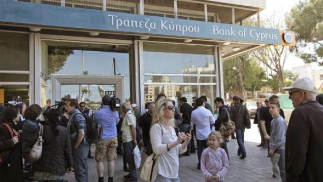 Varios ciudadanos esperando a las puertas de una oficina del Banco de Chipre.