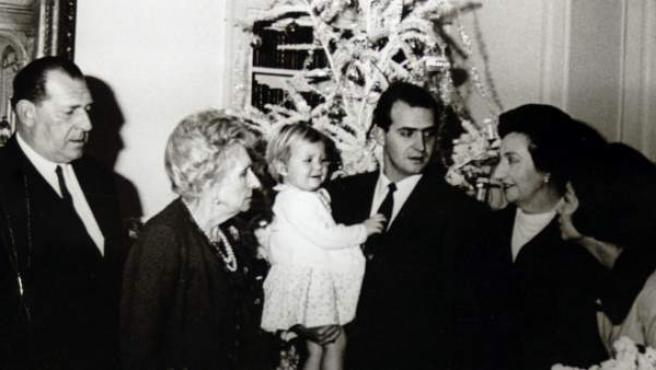 Don Juan de Borbón, su madre Victoria Eugenia, el rey Juan Carlos con la infanta Elena en sus brazos, la infanta Pilar y la reina Sofía en una imagen de 1964 (de izquierda a derecha).
