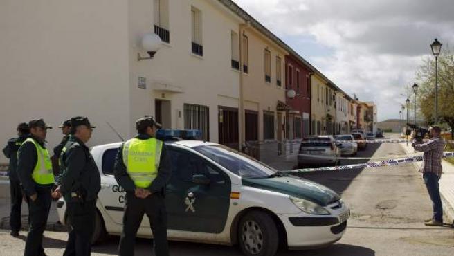 Agentes de la Guardia Civil en las inmediaciones de la vivienda de la calle Claveles de la barriada Las Flores de la localidad malagueña de Campillos, donde han sido hallados los cadáveres de una niña de 6 años y su padre.