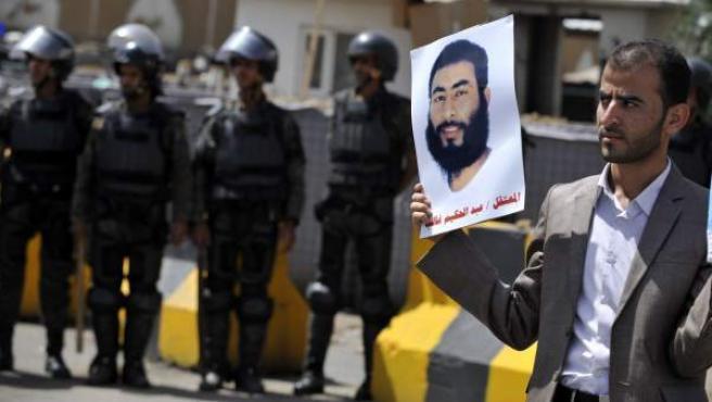 Un familiar del prisionero yemení en Guantánamo Abdul Hakeem Kalib sujeta una imagen de Abdul durante una protesta en la que piden la liberación de los presos en Saná, Yemen.
