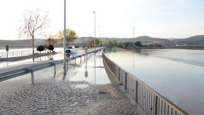 Carretera inundada por las lluvias y el desbordamiento del Genil
