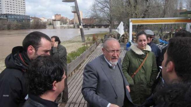El presidente de la CHD, José Valín, conversa con trabajadores de los medios