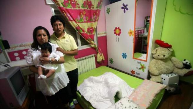 Jorge Cordero, junto a su mujer, Patricia, y su hija, Amanda, antes de ser desahuciados.