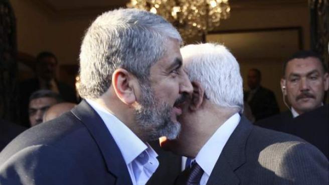 Jaled Meshal (a la izquierda) saluda en El Cairo al presidente palestino Mahmud Abás, en una imagen de noviembre de 2011.