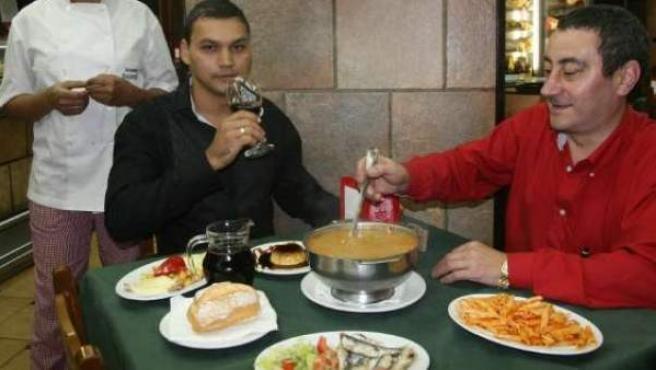 Dos personas comiendo de menú en un restaurante en Madrid.