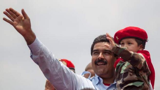 El presidente encargado de Venezuela y candidato a las elecciones presidenciales, Nicolás Maduro, saluda a sus seguidores durante un acto político este martes.