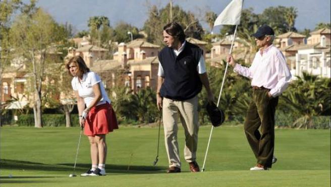 Ana Botella y José María Aznarjugando al golf en 2005.