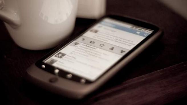 Un teléfono móvil con la aplicación Twitter.