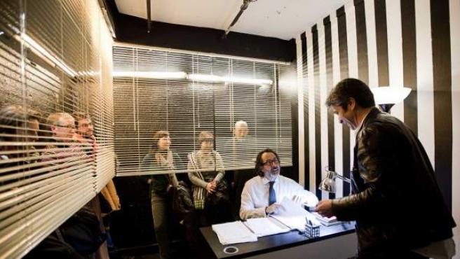 La foto recoje un momento de la obra 'Mentiras piadosas', de José Navar, interpretada por él mismo, Rafael Rojas y Lola Baldrich, quien también la dirige.