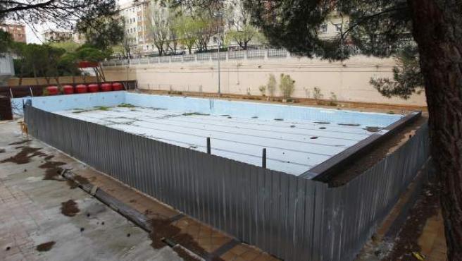 Estado que presenta la piscina de verano del Barrio de la Concepción, cerrada por obras desde 2007.
