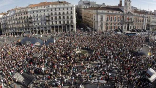 Miles de personas participando en una de las múltiples asambleas celebradas por el 15-M en la madrileña Puerta del Sol.