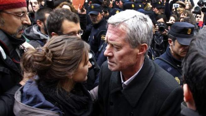 El exsecretario general de Alianza Popular Jorge Verstrynge junto a varias personas concentradas para realizar el escrache a Soraya Sáenz de Santamaría.