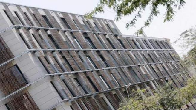 Persianas-celosías de madera protegen del sol el edificio de Roc Boronat, en Barcelona.