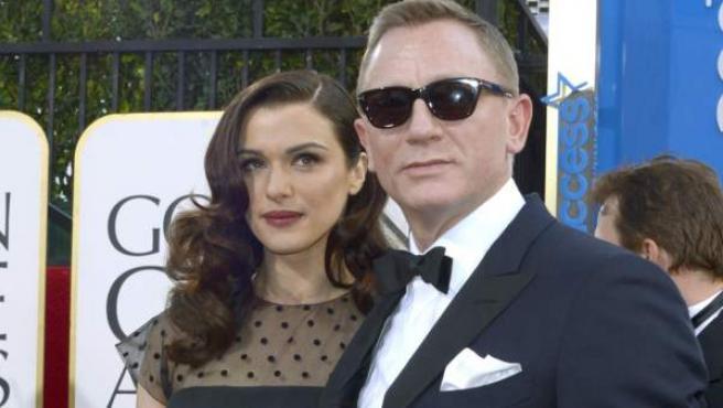 El actor británico Daniel Craig y su esposa, la también actriz Rachel Weisz, en los Globos de Oro 2013.