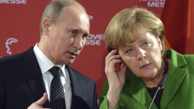 La canciller alemana, Angela Merkel (i), y el presidente ruso, Vladimir Putin, durante una rueda de prensa celebrada tras su visita a la Feria Industrial de Hanover.