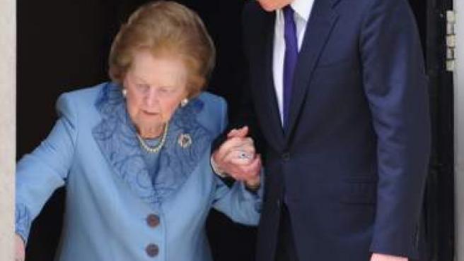 Fotografía del 8 de junio de 2010 del primer ministro británico, David Cameron con Margaret Thatcher en la calle central 10 Downing de Londres (Reino Unido).