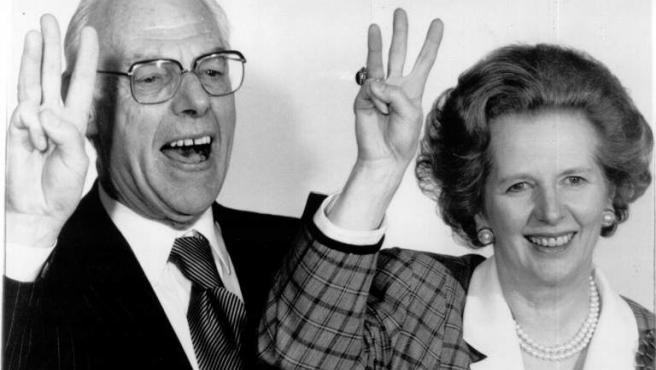Margaret Thatcher, con su marido, Dennis, durante un acto oficial en 1980.
