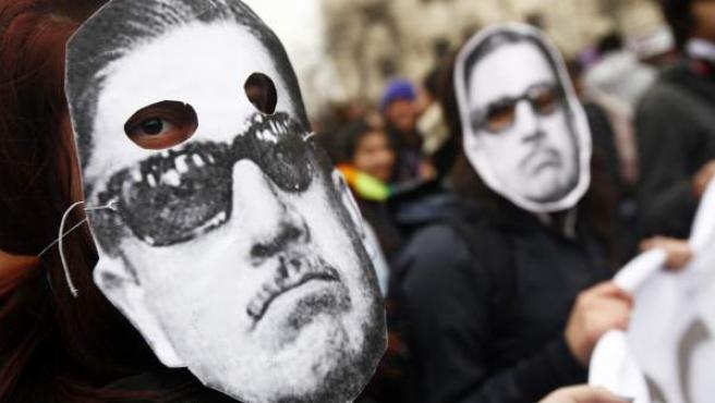 Manifestantes participan en una marcha estudiantil por el centro de Santiago de Chile contra Augusto Pinochet.