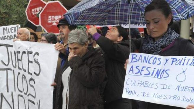 Concentración en protesta por los desahucios en Granada.