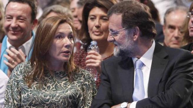 Mariano Rajoy y su mujer, Elvira Fernandez, durante el acto electoral de cierre de campaña de las elecciones generales de 2011.