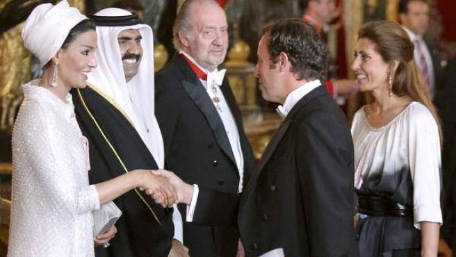 Rosell saluda a la jequesa Mozah Bin Nasser en presencia de Hamad Bin Halifa al-Thani, el emir de Catar, y el rey Juan Carlos I.
