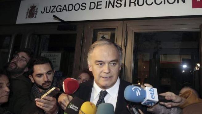 El exconseller valenciano de Presidencia y actual vicesecretario general del PP, Esteban González Pons, atiende a los medios de comunicación a su salida de los juzgados de Plaza de Castilla.