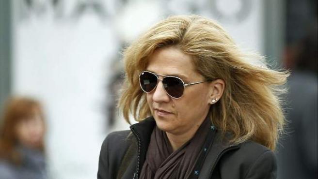 La infanta Cristina llegando a la sede central de la Caixa en Barcelona para incorporarse a su trabajo, días después de ser imputada en el caso Nóos.