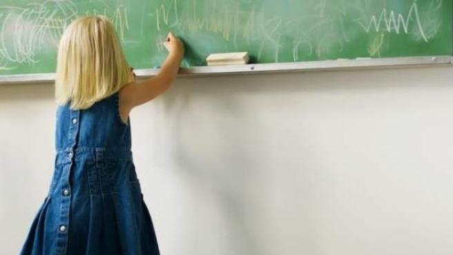 Imagen de una niña en un colegio.