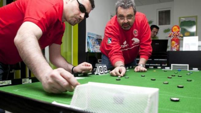 Juan Carlos Ruiz (dcha.) y Javier Casado disputan un encuentro de FútbolChapas.
