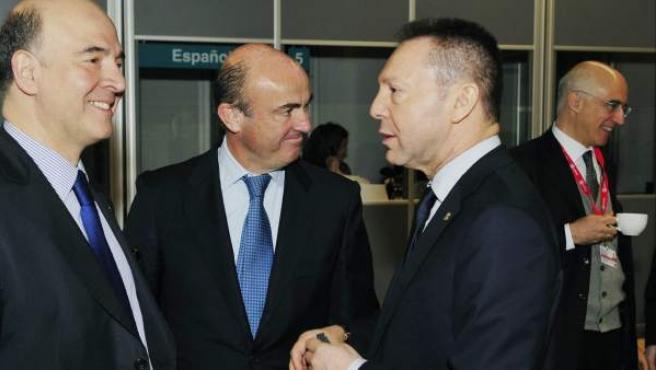 El ministro español de Economía, Luis de Guindos (c), conversa con los ministros de Finanzas francés, Pierre Moscovici (izq), y griego, Yannis Stournaras (dcha), en Dublín (Irlanda).