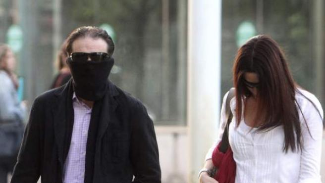 Francisco Javier Delgado, hermano de Miguel Carcaño, y su novia llegan a la Audiencia Provincial de Sevilla.