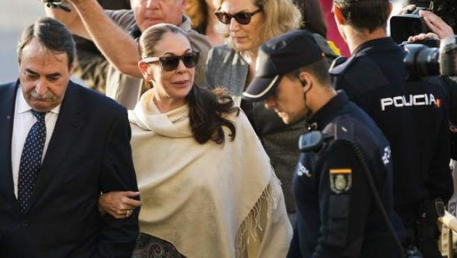 La tonadillera Isabel Pantoja, acompañada por su abogado, a su llegada a la Audiencia de Málaga para conocer su sentencia.