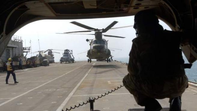 Un helicóptero despega de la cubierta de un buque de guerra.