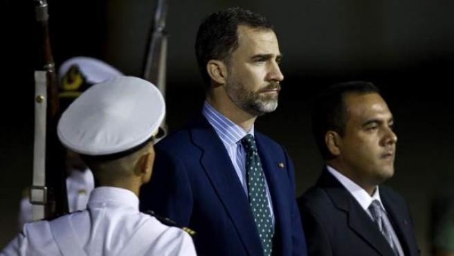 El príncipe de Asturias Felipe de Borbón a su llegada al aeropuerto de Maiquetía, en Caracas, Venezuela, donde fue recibido por el viceministro de Exteriores venezolano Temir Porras (dch) para asistir a los funerales de Hugo Chávez.