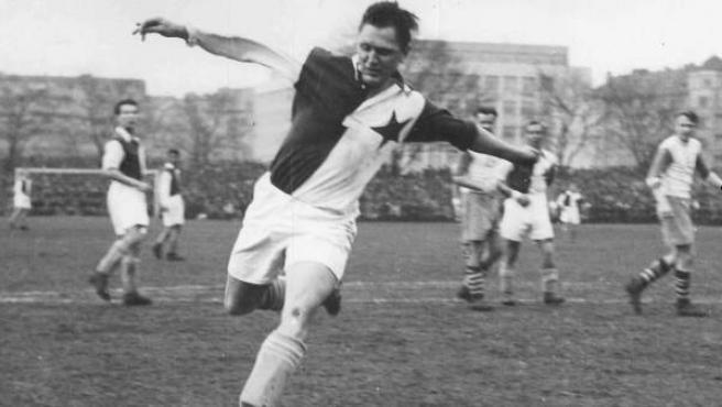 El futbolista austriaco Josef Bican, considerado el máximo goleador de todos los tiempos por la Federación Internacional de Historia y Estadística del Fútbol (IFFHS).