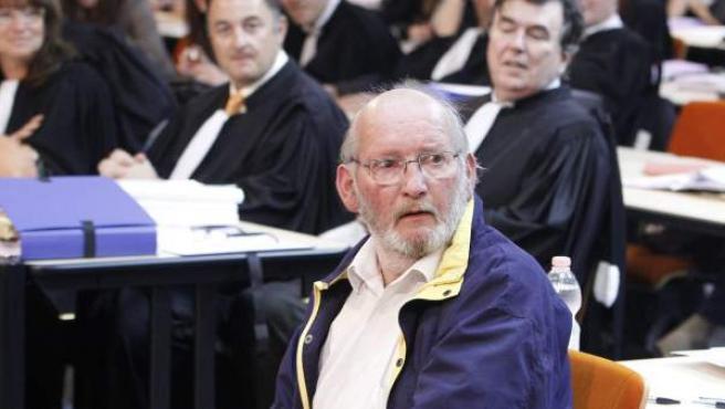 Jean-Claude Mas (c), fundador de la empresa Poly Implant Prothése (PIP), en la sala del tribunal de justicia de Marsella.
