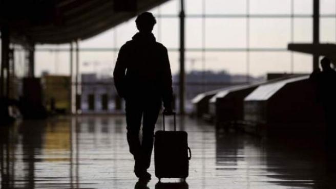 Un pasajero, en el aeropuerto de Barajas.