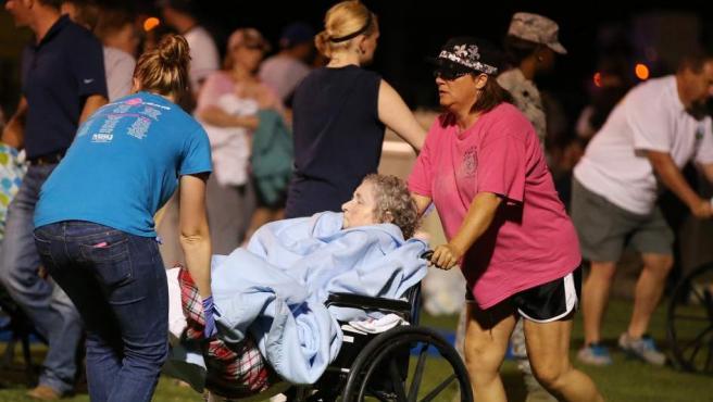 Varios heridos son rescatados de la explosión en una planta de fertilizantes en Texas.