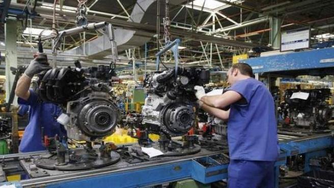 Dos operarios trabajan en la planta de Ford en Almussafes, Valencia.