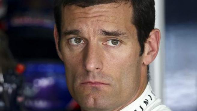 El piloto australiano de Red Bull, Mark Webber, en su garaje tras los libres del G. P. de Bahrein.