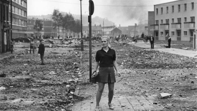 Foto de Caron tomada en agosto de 1969 tras unos enfrentamientos entre manifestantes católicos y la policía del Ulster