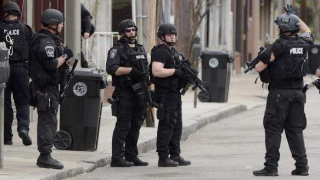 Agentes de policía durante la búsqueda del segundo sospechoso del atentado del maratón de Boston.