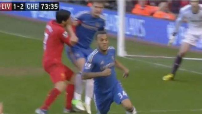 El delantero uruguayo del Liverpool muerde el brazo del defensa serbio del Chelsea, Branislav Ivanovic.