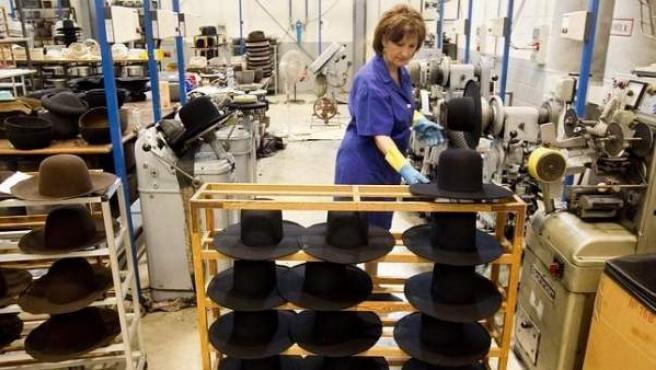 Una trabajadora en una fábrica.