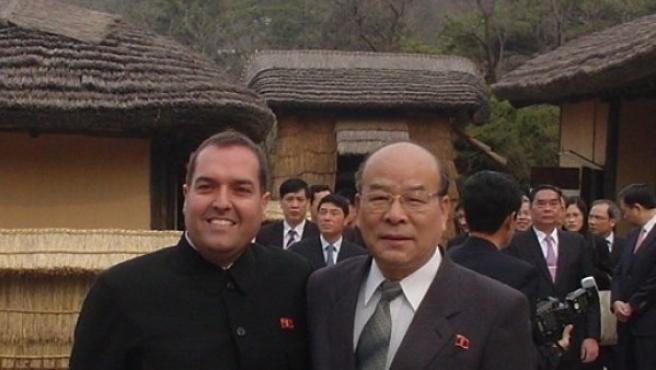 Cao de Benós (izquierda), junto a So, viceministro de la República de Corea del Norte.